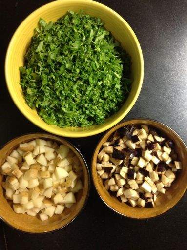 चिरलेली मेथी, वांगी आणि बटाटे