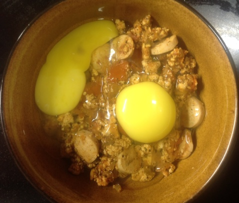 मिश्रणावर अंडी फोडून घाला