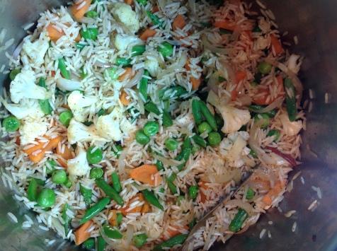 भाज्या परतल्यावर तांदूळ घाला
