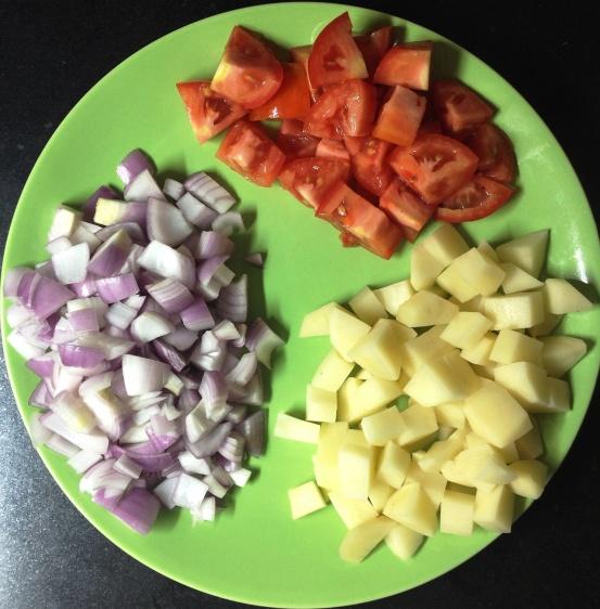 कांदा-टोमॅटो-बटाट्याच्या मोठ्या फोडी करा