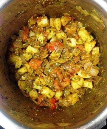मसाला परतल्यावर बटाट्याच्या फोडी घाला