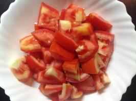 टोमॅटो मध्यम आकारात चिरा