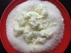 चक्क्यात साखर मिसळा