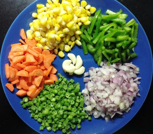 मॅकरोनीसाठी लागणा-या भाज्या