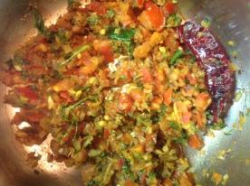टोमॅटो शिजल्यावर सगळे मसाले घाला