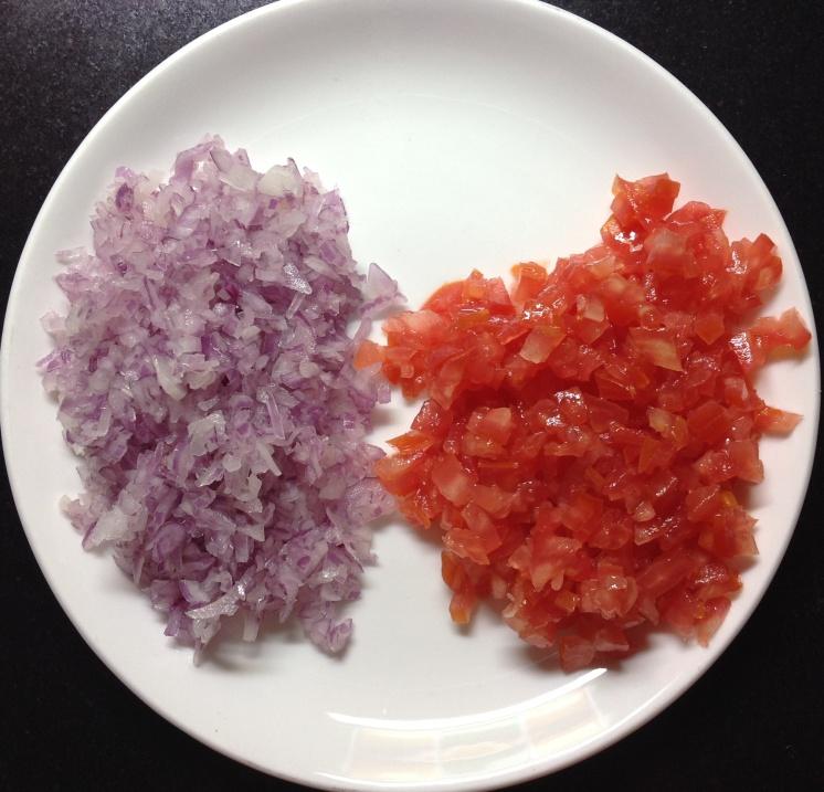 कांदा-टोमॅटो बारीक चिरा