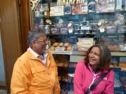 तोलेदोतल्या मिठाईच्या दुकानासमोर मी आणि विजय केंकरे