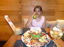 सेवियेतल्या रेस्टॉरंडमधला भलामोठा पिझ्झा