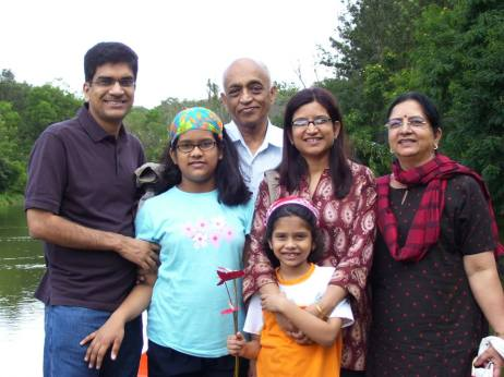 २००८ मध्ये कूर्गला गेलो असताना. माझे आई-बाबा, निरंजन, मी आणि माझ्या मुली सावनी-शर्वरी